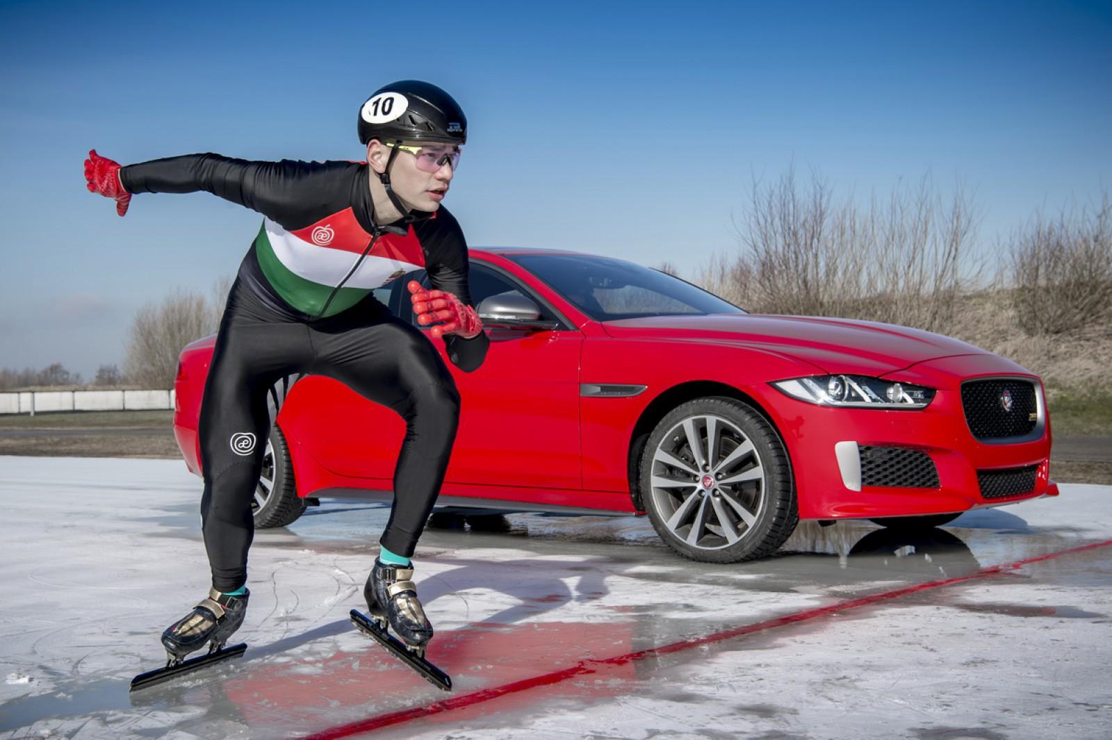 (video) Cine este mai rapid pe gheaţă? Noul Jaguar XE 300 SPORT s-a bătut cu un campion la patinaj viteză