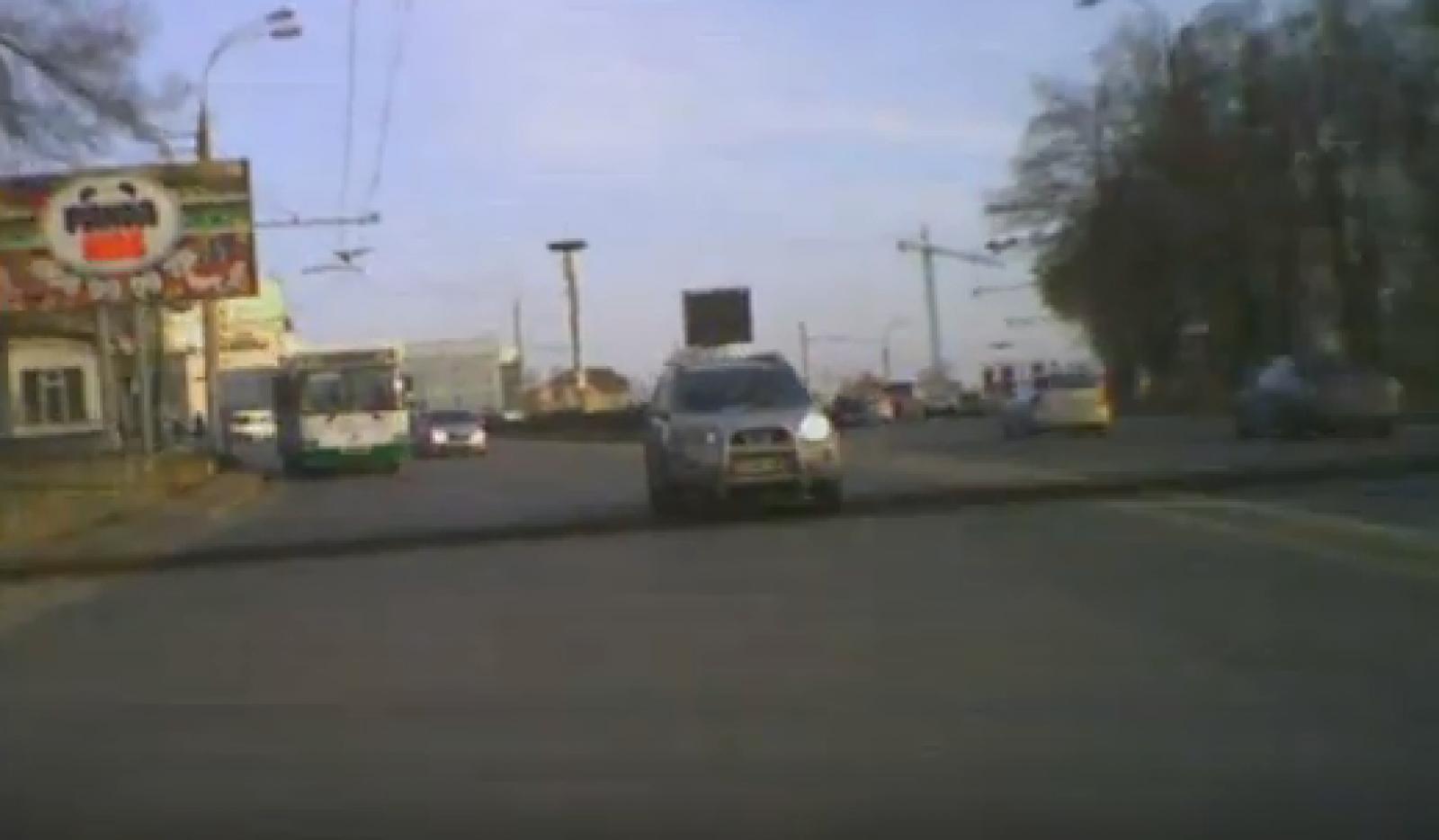 (video) Conduce după propriile reguli. Un șofer a confundat străzile din Chișinău cu raliurile