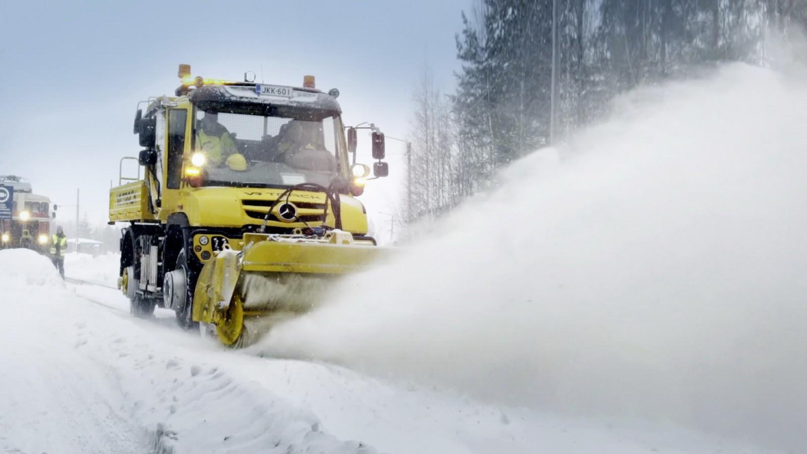 (video) Cum se curăţă căile ferate finlandeze de nămeţi? Corect, cu ajutorul Mercedes-Benz Unimog