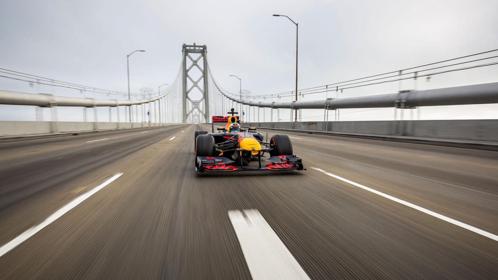 (video) Daniel Ricciardo a călătorit din San Francisco şi până în Las Vegas cu un monopost RB7