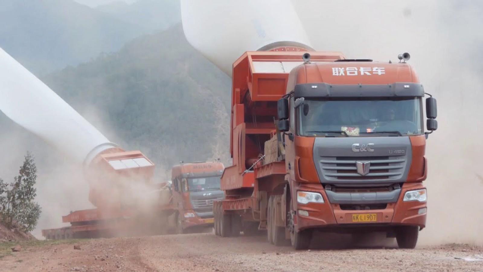 (video) Doar şoferii cu cea mai mare acurateţe pot transporta elici de turbine eoline de 57 de metri lungime