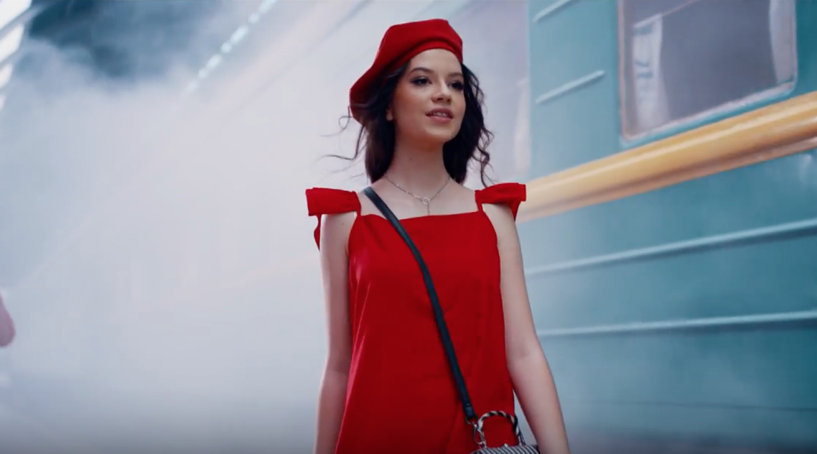 (video) După 13 ani, Cleopatra Stratan revine cu valiza pe peron. Cum arată în noul videoclip și cine este Ghiță de aceasta dată