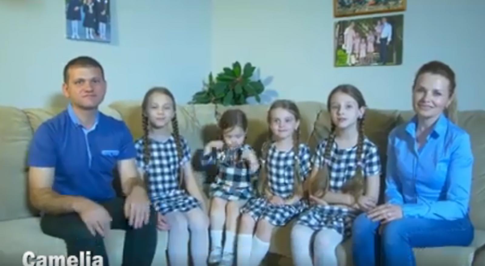 """(video) """"Familia e o mică lume născută din iubire"""". Valeriu Munteanu, alături de fiice și soție, de Ziua Familiei"""