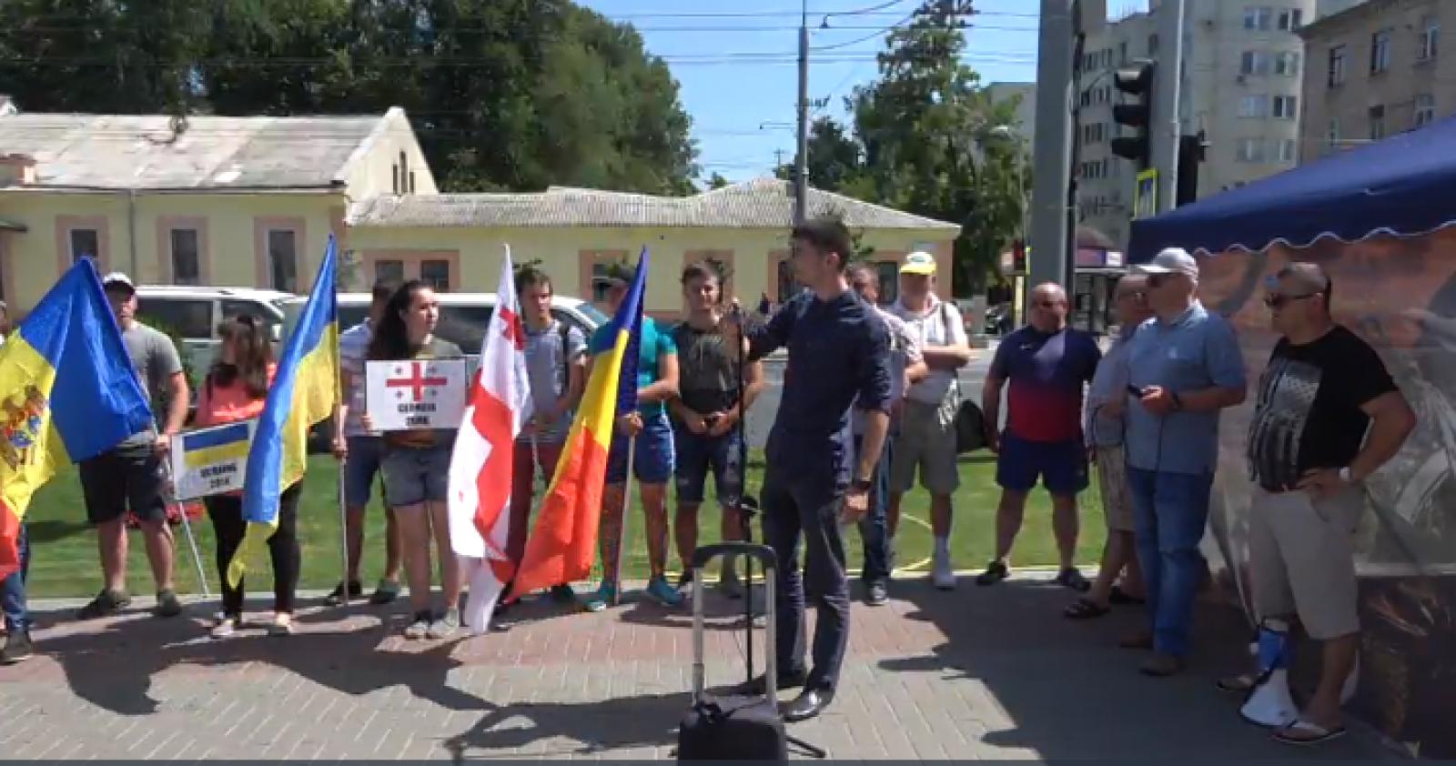"""(video) Flashmob cu ocazia Zilei Naționale a Federației Ruse, cu genericul """"La mulți ani! Plecați acasă!"""""""