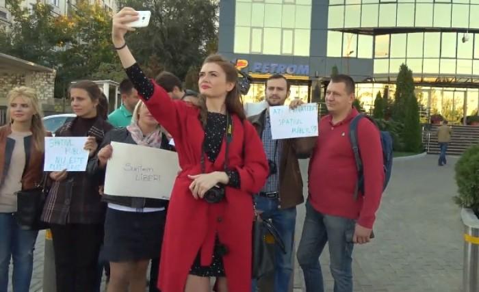 (video) Flashmob în fața GBC în semn de solidaritate cu reporterii Ziarului de Gardă