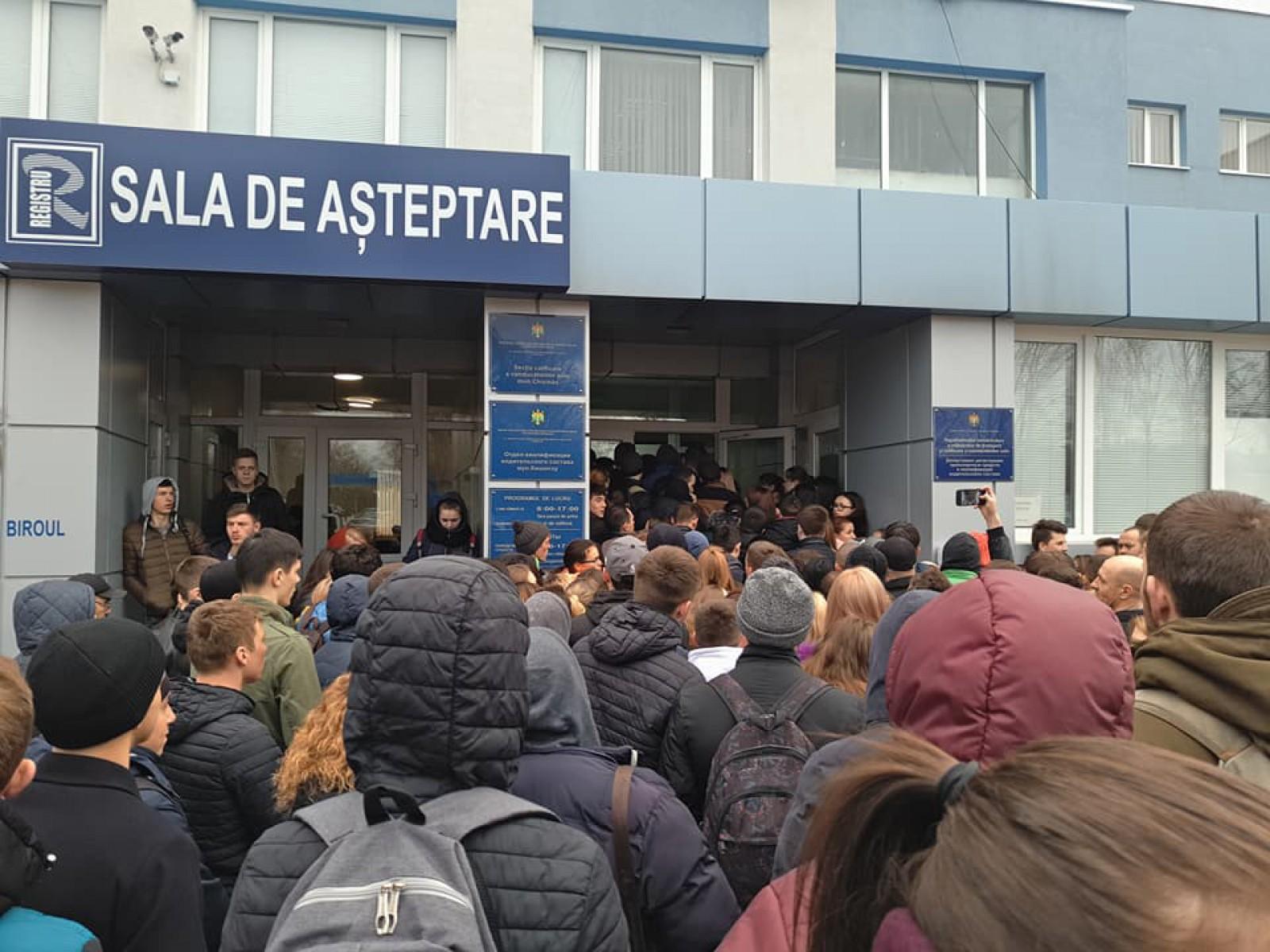 (video/foto) Îmbulzeală în față la Registru: Zeci de oameni stau în rând pentru a se înscrie pentru examenul auto