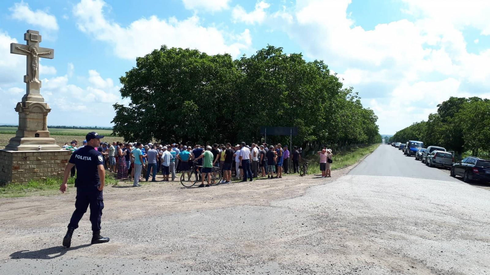 (video/foto) Protest lângă Bulboaca, Anenii Noi. Zeci de locuitori din satele Speia, Șerpeni, Delacău, Puhăceni se declară revoltați de camioanele supraîncărcate care le distrug drumurile