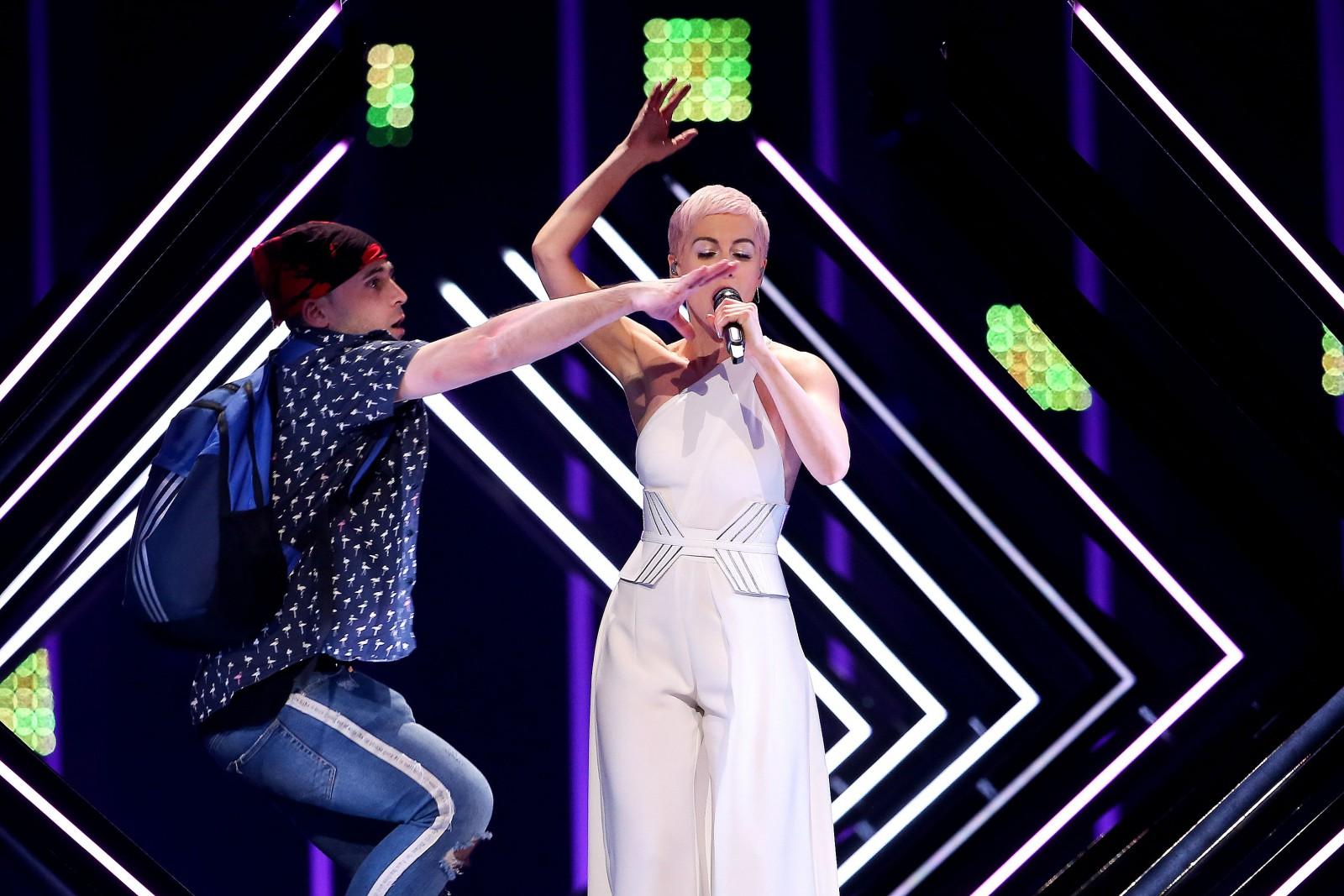 (video/foto) Incident la Eurovision 2018. Un bărbat a dat buzna pe scenă și a luat microfonul din mâna reprezentantei Marii Britanii