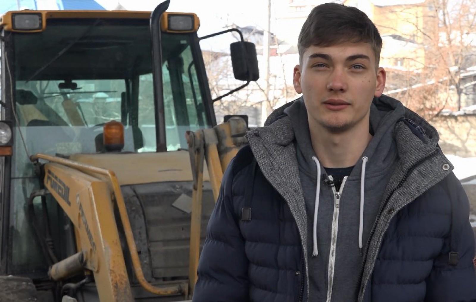 (video) Istoria unui tânăr antreprenor la 19 ani. Cu ajutorul unui grant european a cumpărat un tractor și și-a deschis o afacere de succes
