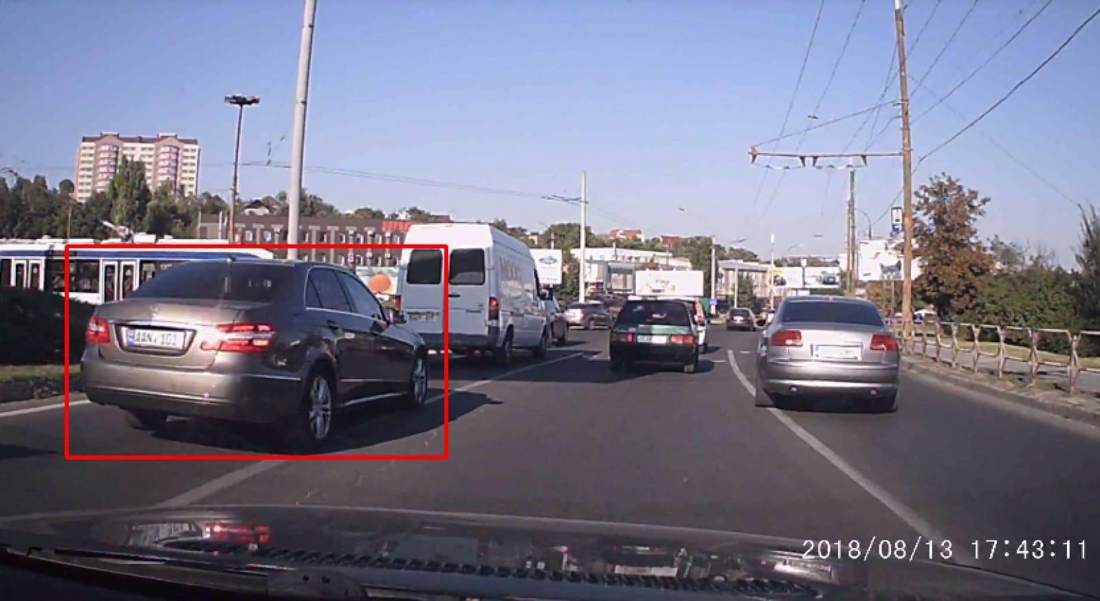 (video) La un pas de accident. Cum un şofer era să intre într-un Mercedes condus de o femeie