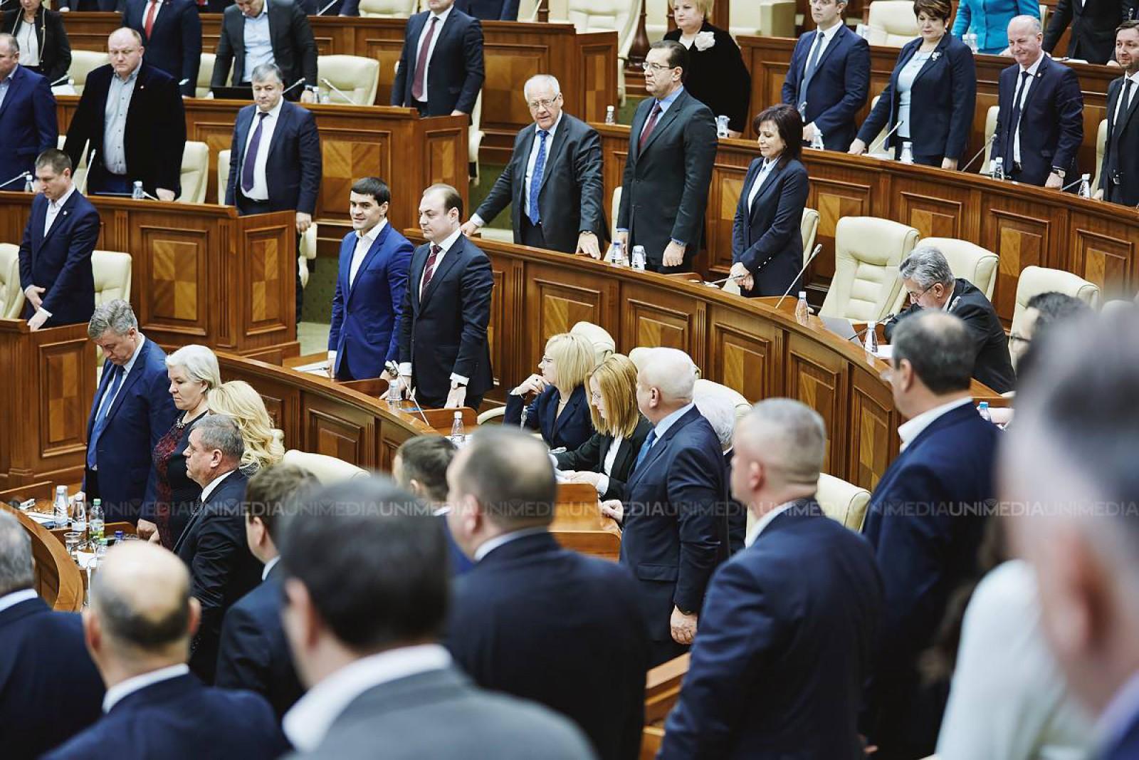 (video) Moment revoltător în Parlament. Vladimir Voronin a sfidat minutul de reculegere dedicat Regelui Mihai: Mai aprindeți-i și o lumânare