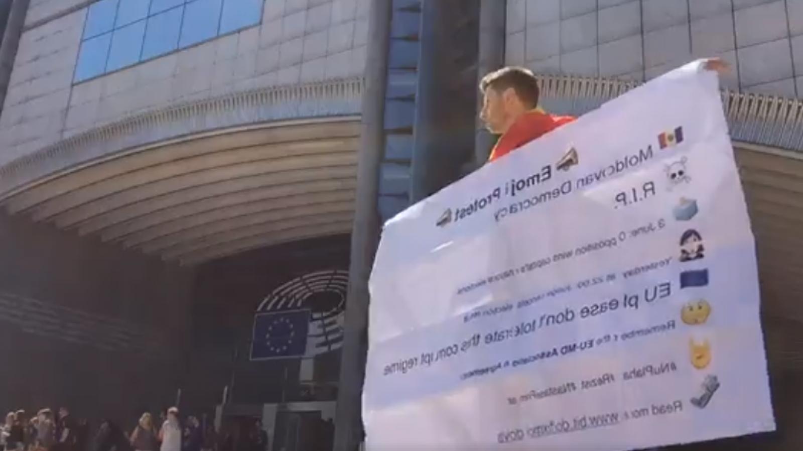 (video) Nemulțumit de decizia Judecătoriei Chișinău privind invalidarea alegerilor: Un tânăr din RM a protestat astăzi în fața Parlametului European