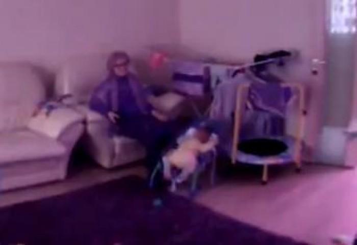 (video) O bonă lovește cu bestialitate un bebeluș