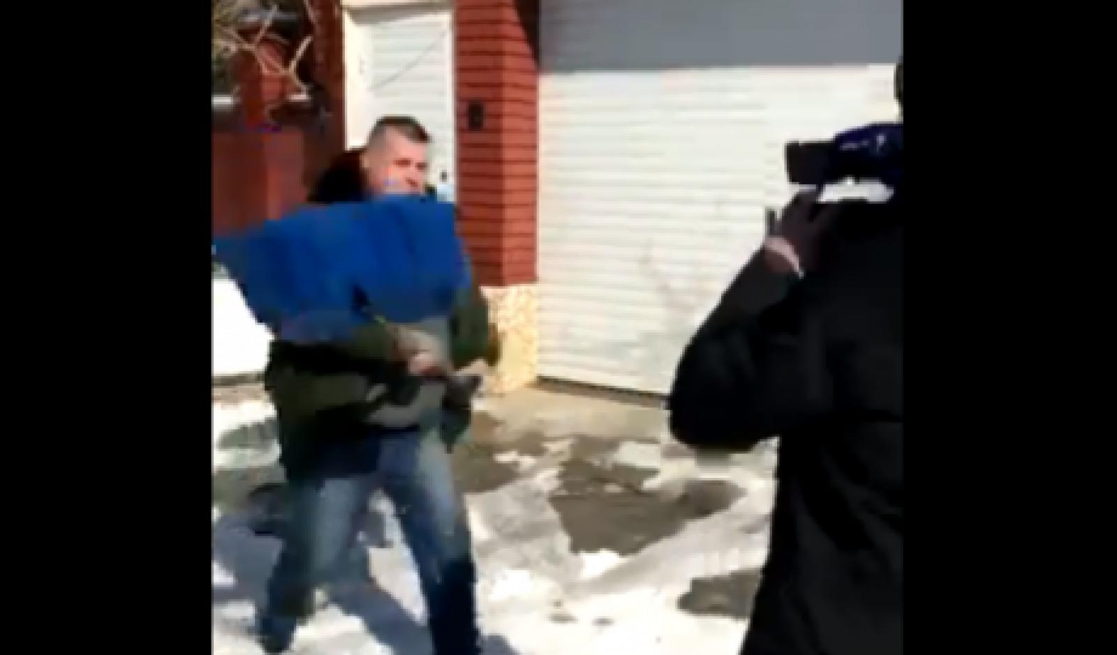 (video) O echipă de filmare Jurnal TV, agresată la poarta unui om de afaceri: Reporterii, blocați la locul incidentului
