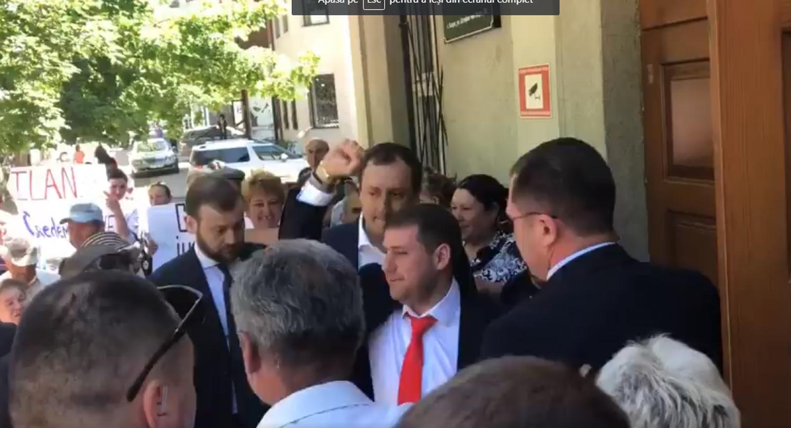 (video) O nouă ședință de judecată în dosarul Ilan Șor la Curtea de Apel din Cahul.  Zeci de susținători prezenți