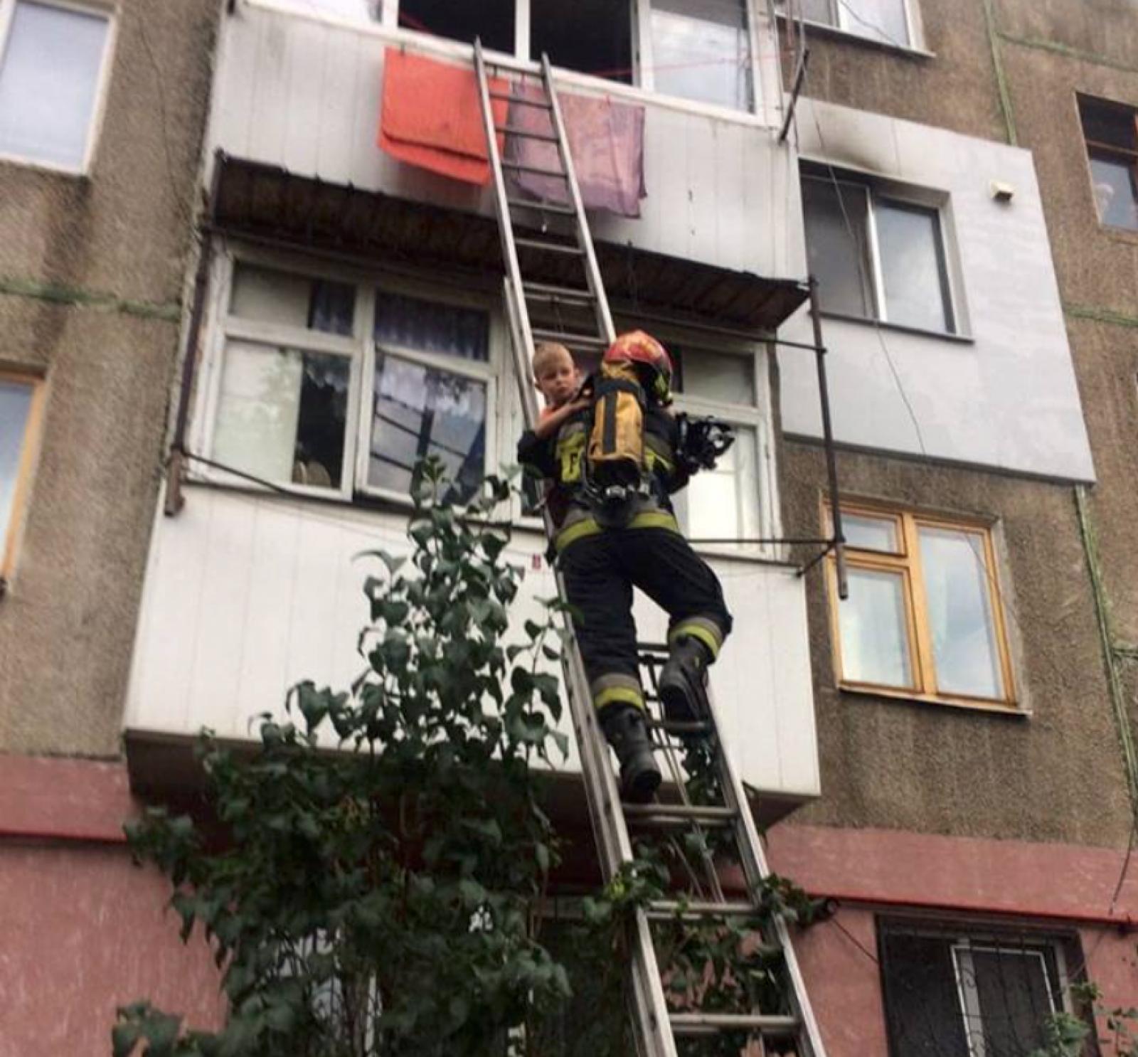 (video) Panică în curtea unui bloc de locuit din sectorul Botanica. Un copil de 5 ani, blocat în apartament, în timpul unui incendiu