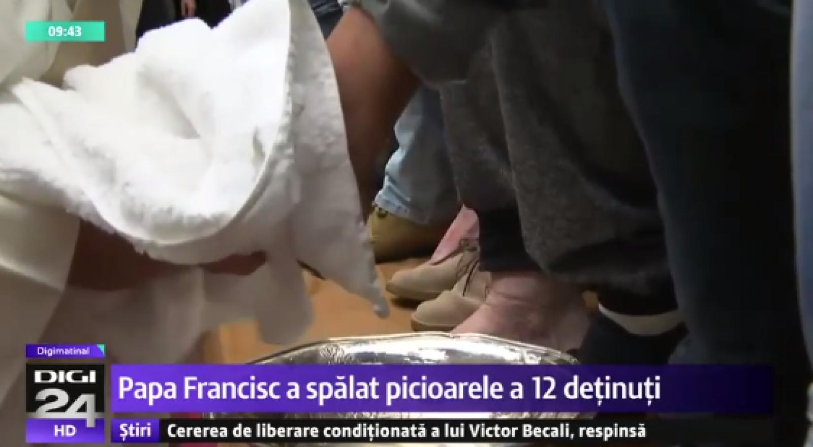 (video) Papa a spălat picioarele unor deținuți, printre care și unul din Republica Moldova