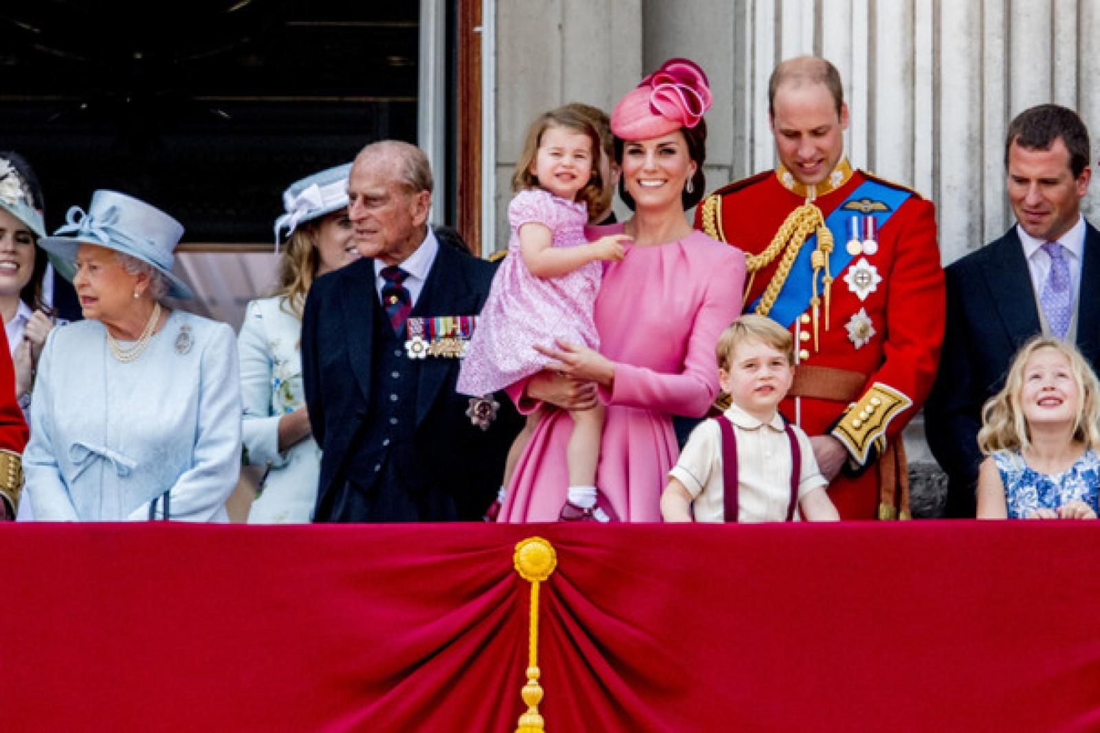 (video) Paradă militară în cinstea zilei de naştere oficiale a Reginei Elisabeta a II-a