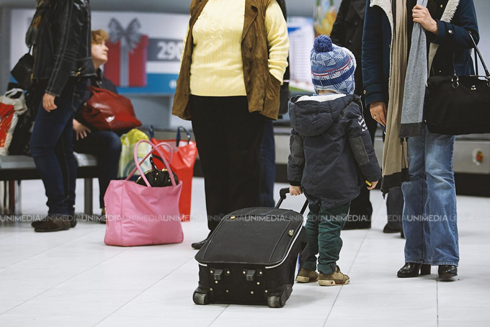 (video) Peste 100 de moldoveni, blocați de ieri seara pe un aeroport din Londra: Cursa spre Сhișinău ar fi fost amânată de mai multe ori