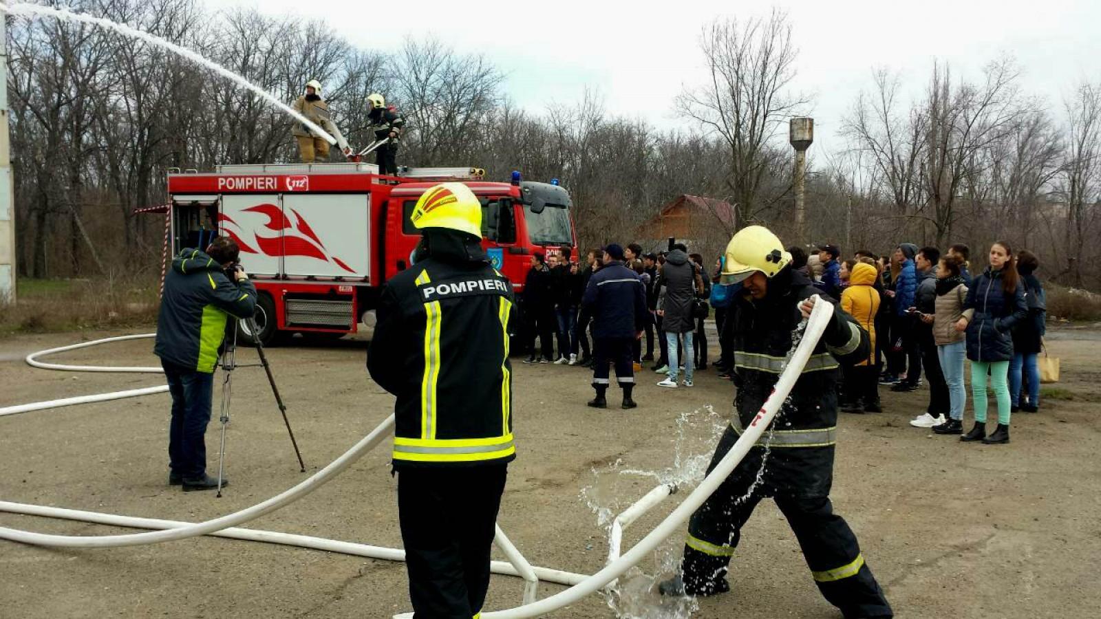 (video) Peste 500 de copii din instituțiile școlare din țară au fost instruiți în domeniul bazelor securității vieții de către salvatori și pompieri