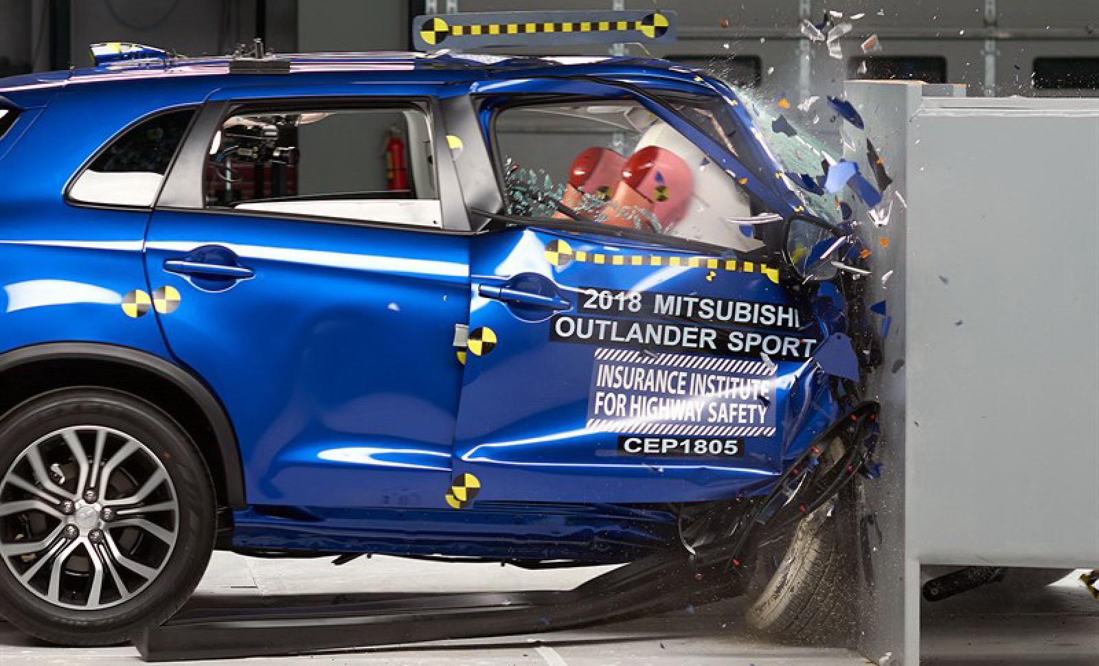 (video) Proba de foc a IIHS. Rezultatele a 7 SUV-uri lovite frontal doar cu partea dreaptă