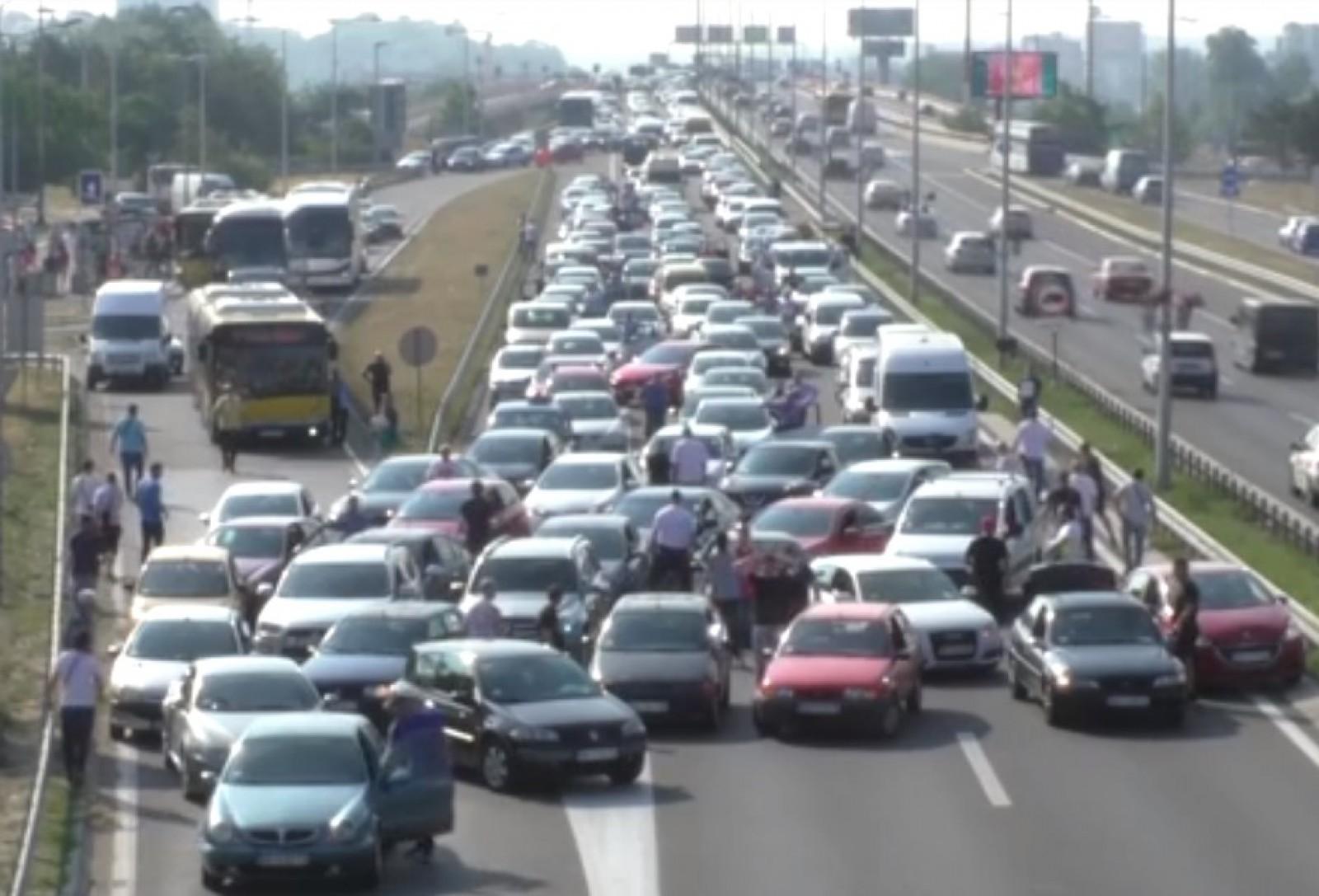 (video) Protest de amploare în Serbia: Zeci de mașini s-au oprit în mijlocul drumului pentru a se opune scumpirii carburanților