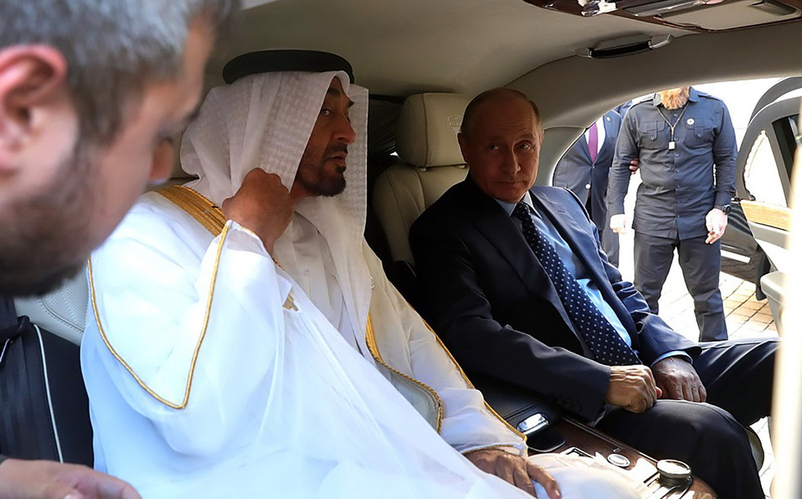 """(video) Putin i-a arătat unui prinţ arab limuzina sa, inclusiv interiorul: """"E mai mult decât un Mercedes"""""""