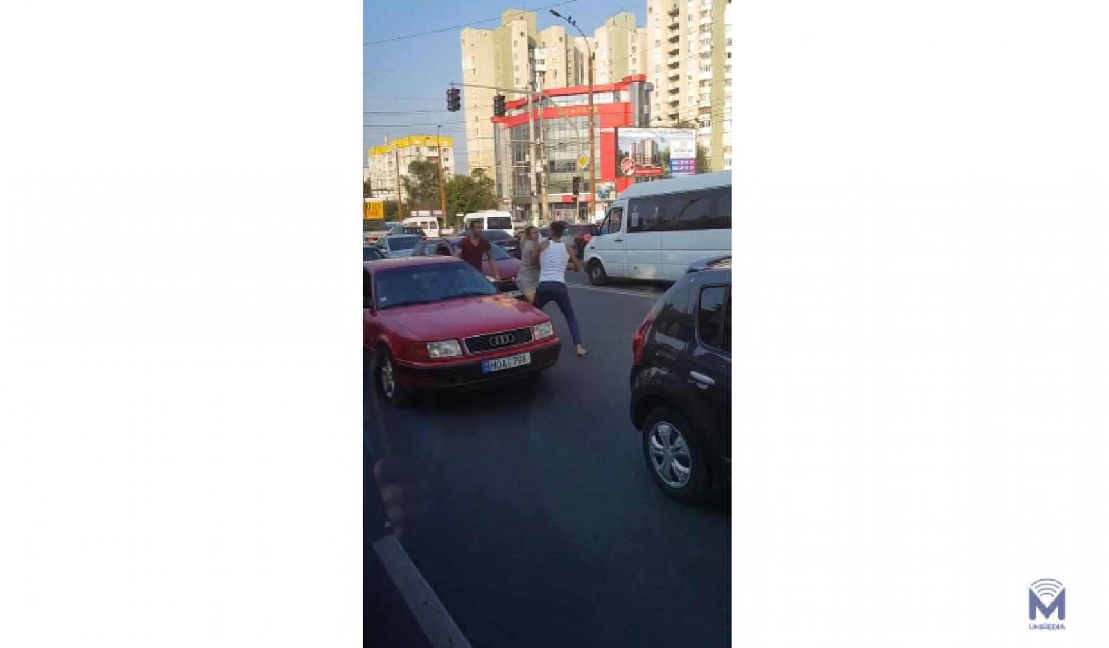 (video) Reglări de conturi cu pumnii: Doi șoferi s-au luat la bătaie în plină stradă pe strada Ismail