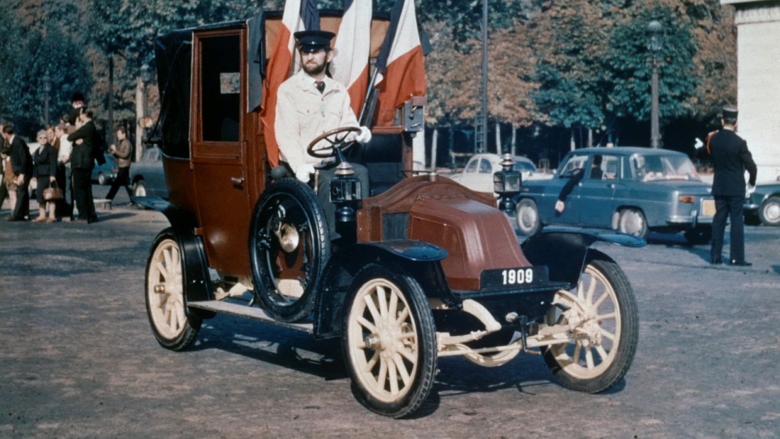 (video) Renault i-a luat prin surprindere pe parizieni. A oferit servicii de taxi cu maşini istorice