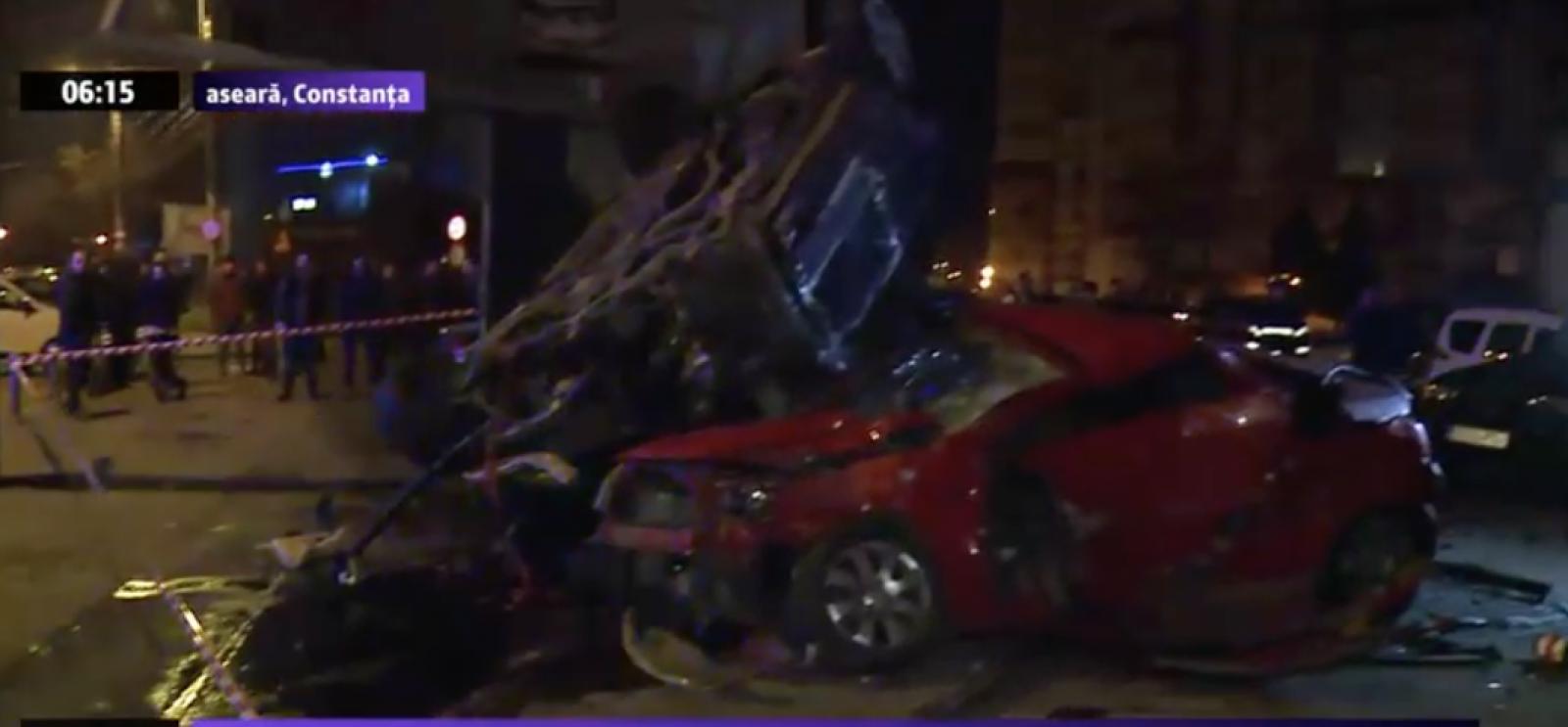(video) România: Zece vehicule distruse, după ce o femeie a scăpat mașina de sub control și a lovit un stâlp