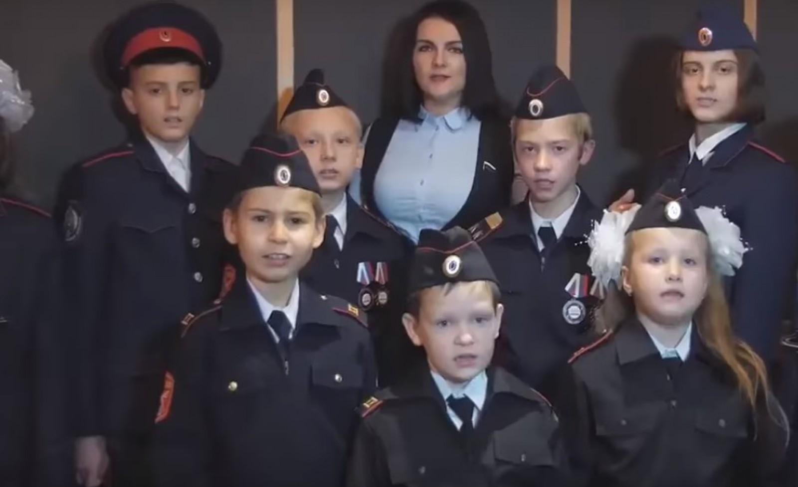 (video) Scandal într-un oraș din Rusia, după o serbare la care copiii au trebuit să cânte o piesă de propagandă dedicată lui Putin