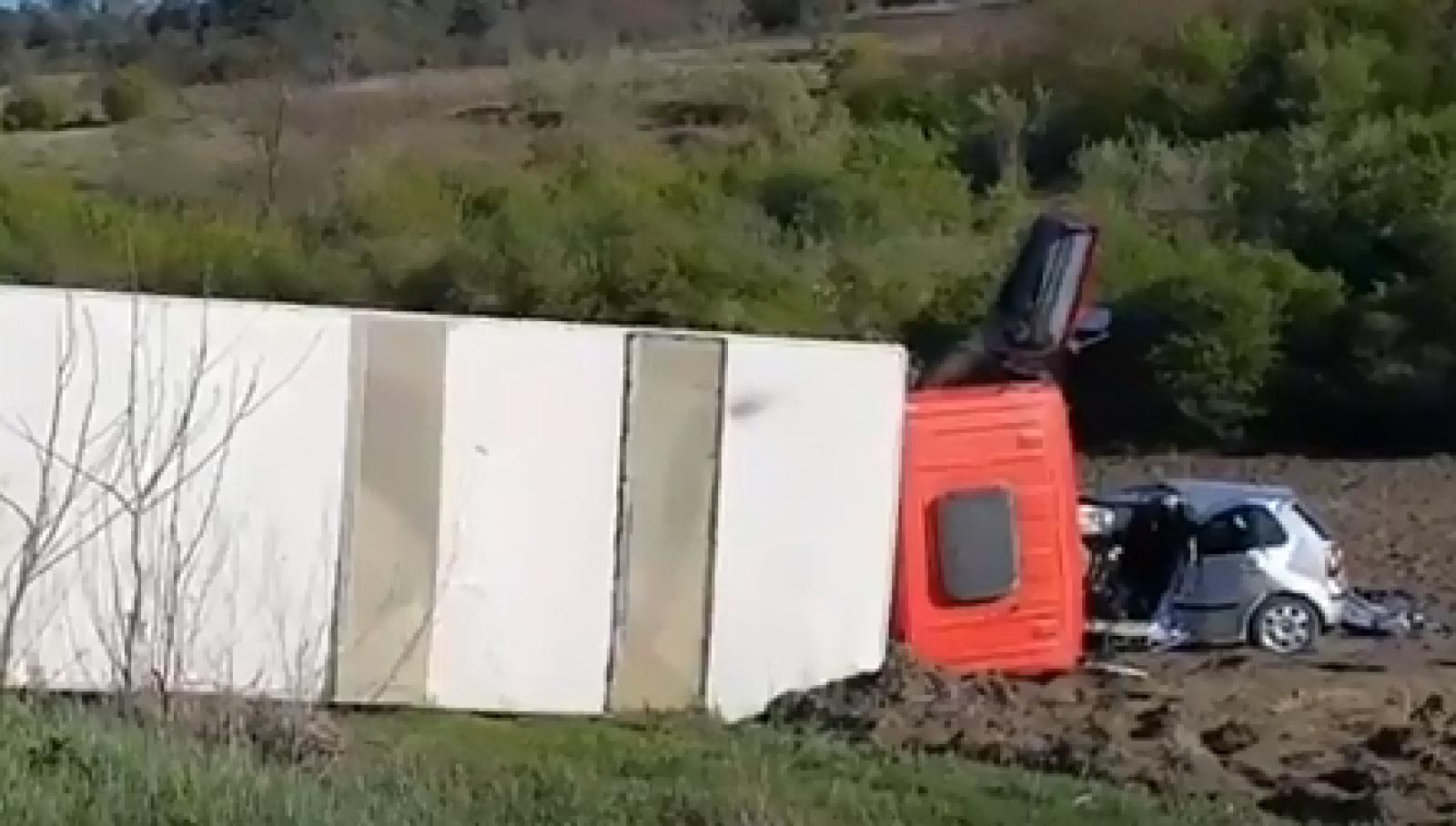 (video) Sfârșit tragic pentru un tânăr, în raionul Strășeni. A decedat după ce mașina în care se afla s-a tamponat cu un camion