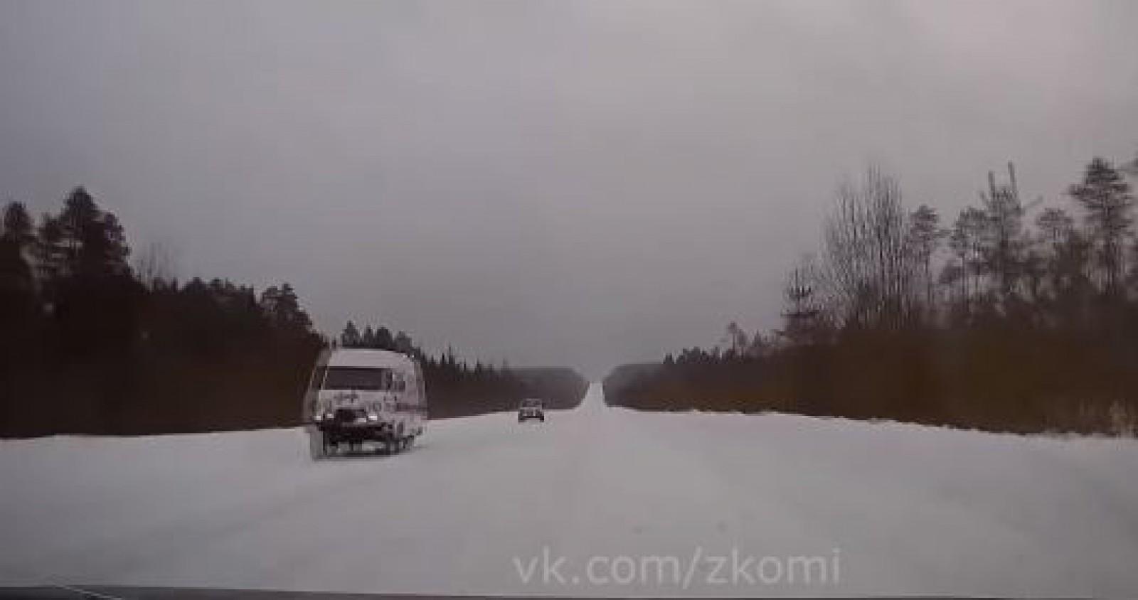 (video) Te lasă mască: O ambulanță din Rusia circula fără o roată