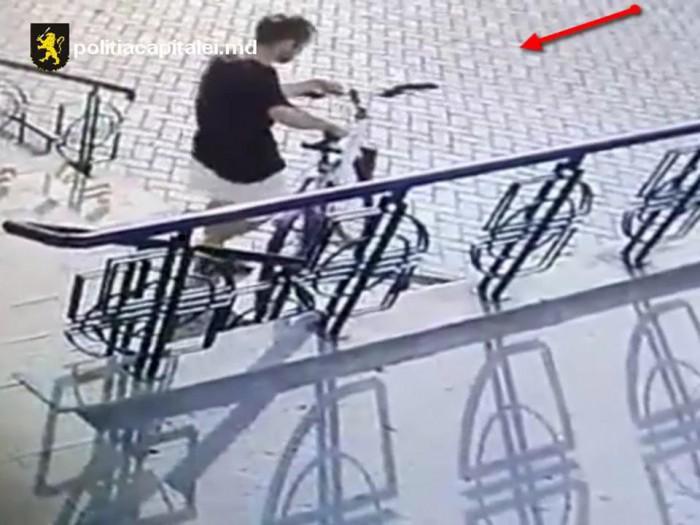 (video) Un bărbat de 42 de ani, reținut după ce ar fi sustras trei biciclete din scara blocurilor. Ce riscă făptașul