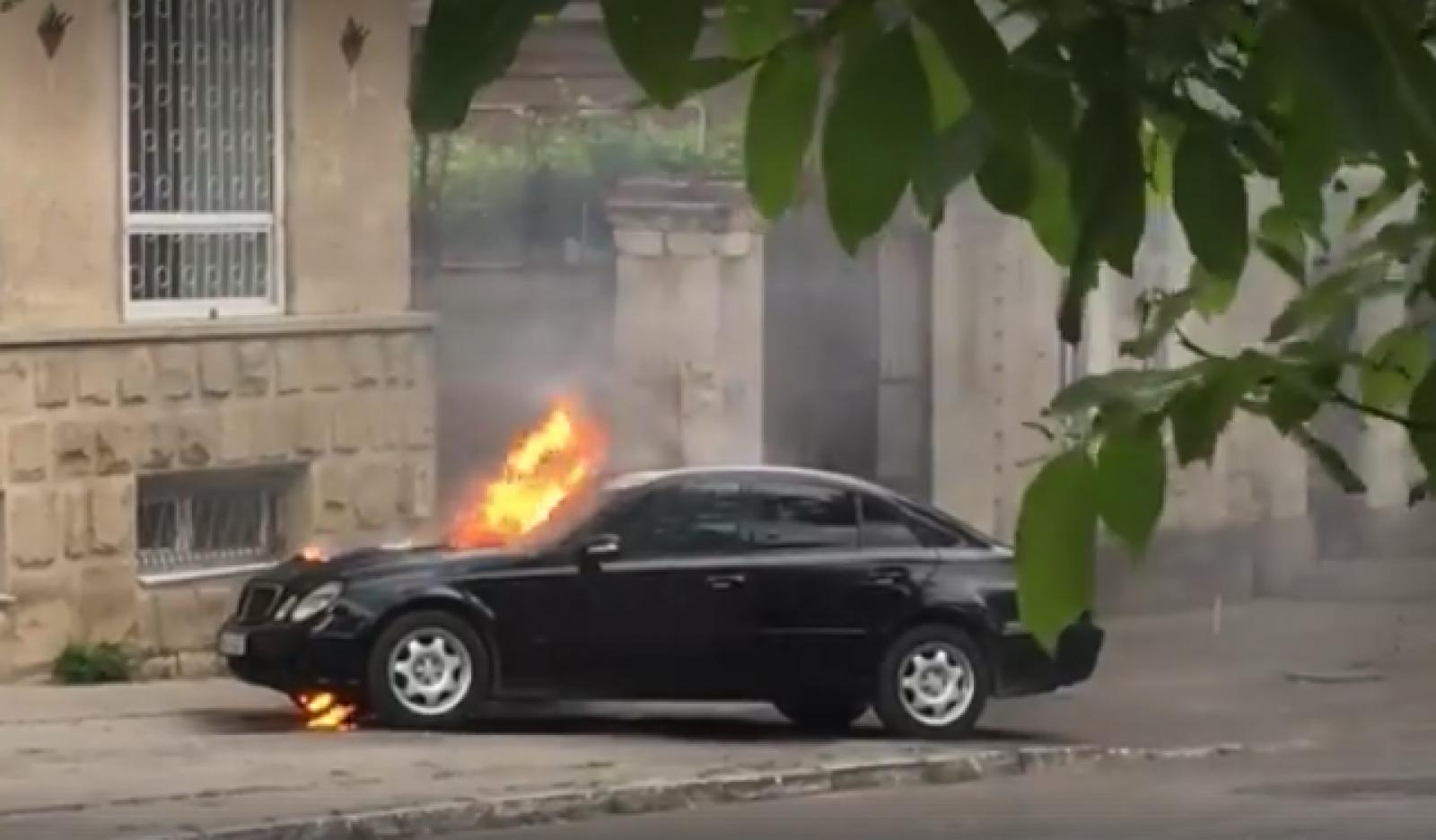 (video) Un Mercedes cuprins de flăcări, fiind parcat în centrul capitalei. Victime nu sunt