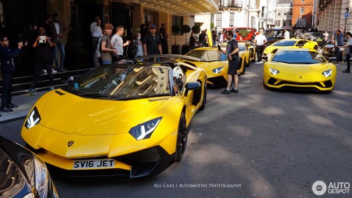 (video) Un moldovean a surprins cinci supercaruri Lamborghini într-un singur loc şi toate fiind de culoare galbenă