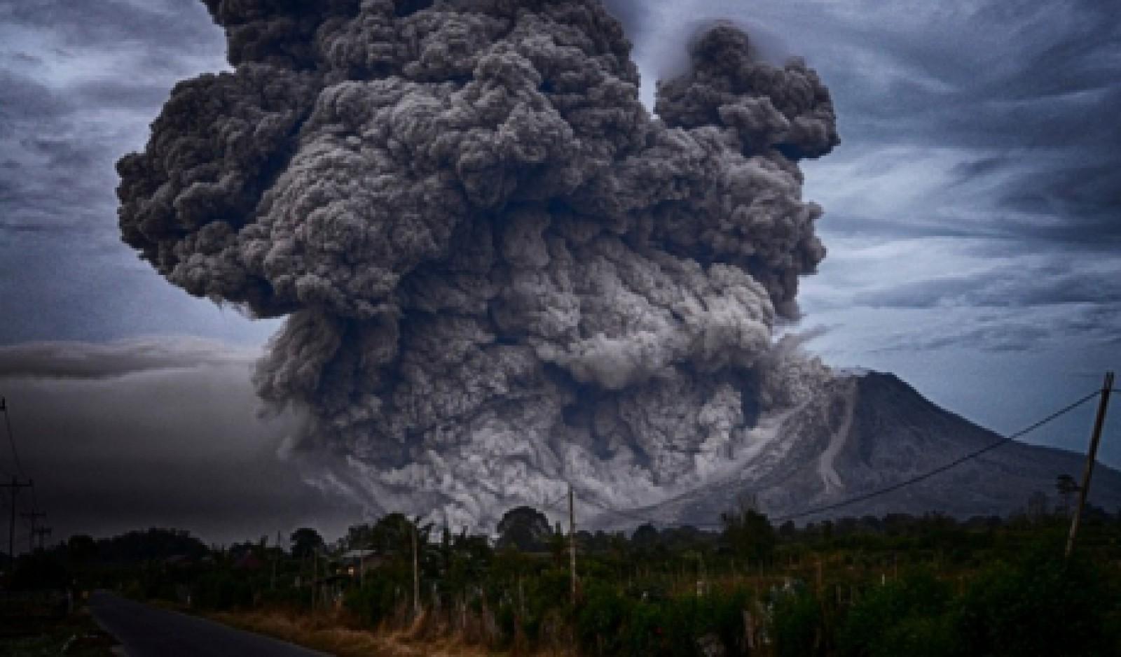 Vulcanul Agung din Bali a erupt la câteva zile după ce gradul de alertă a fost coborât