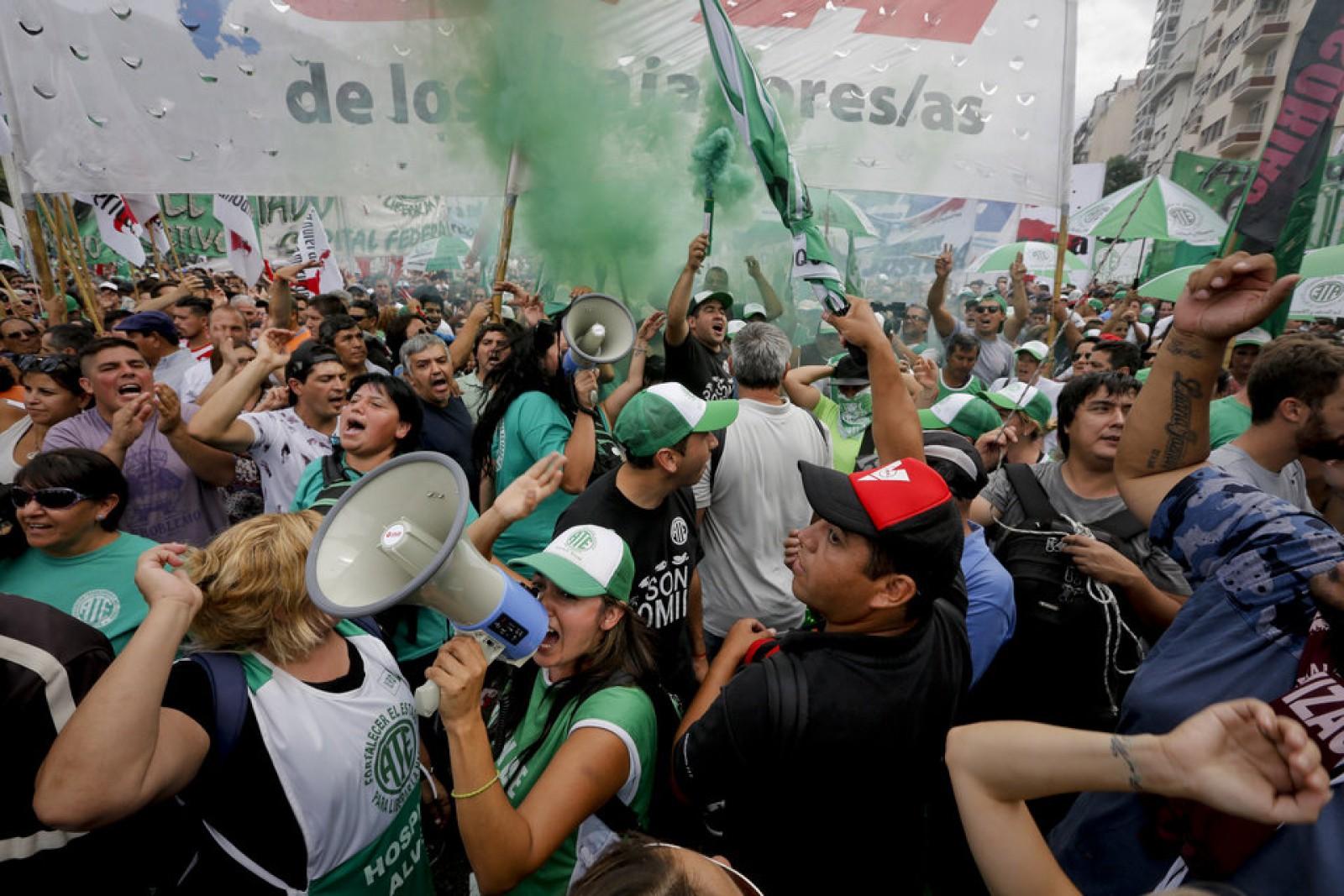 Zeci de mii de persoane au protestat în Argentina față de măsurile de austeritate