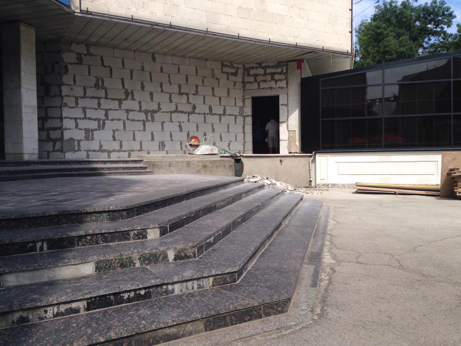 """Ziarul de Gardă. O aripă a Teatrului """"Licurici"""", reconstruită de o companie privată, ar urma să fie afilitată restaurantului """"Entourage"""" a lui Vlad Plahotniuc"""