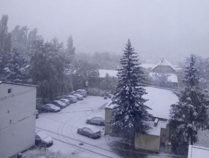 Atenție șoferi! În urma ninsorii și lapoviței, drumurile din capitală au devenit periculoase