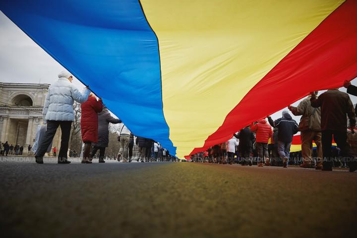 (doc) Unirea sparge granițele. Moldovenii din Milano au semnat o declarație simbolică de unire cu România