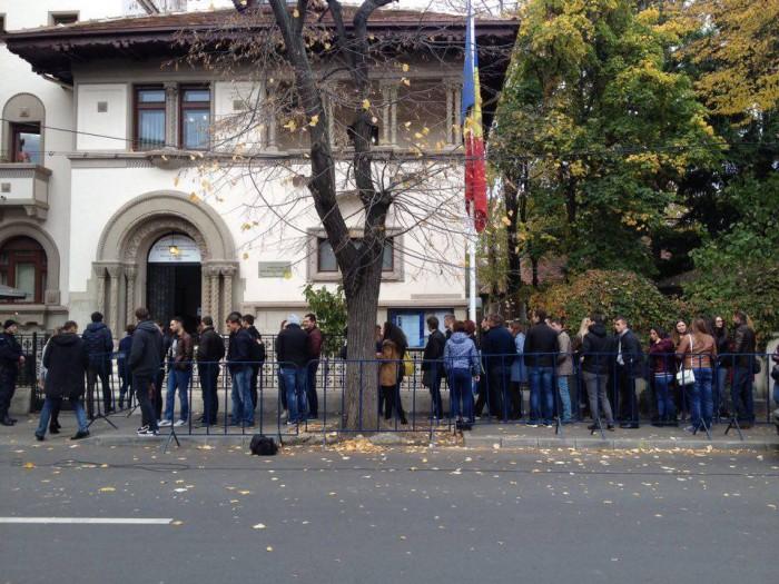 """(foto) """"Adoptă un vot"""" a strâns în decursul unei zile circa 22.000 de persoane. Moldovenii oferă cazare și transport conaționalilor care vor să voteze"""