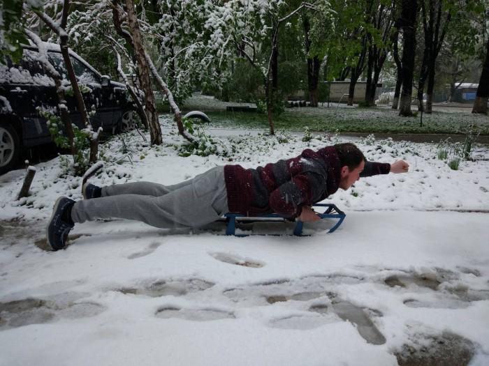 (foto) Colegii noștri de la altfel.md au făcut o ședință foto jucăușă cu zăpada din aprilie