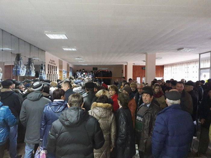 (foto) Mobilizare în regiunea transnistreană. Cetățenii din Rîbnița vin organizat la secțiile de vot din Rezina