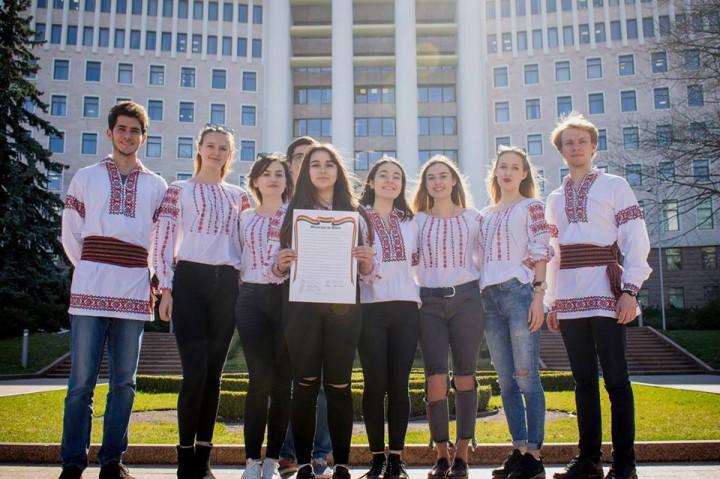 """(foto) Organizația Studenților Basarabeni din București s-a alăturat """"unirii"""". Tinerii au semnat declarația simbolică de Unire cu România"""
