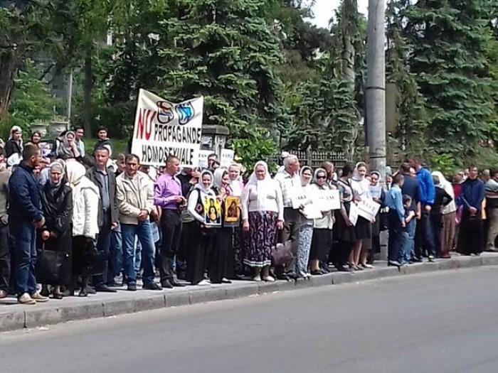 """(foto) Protest în centru capitalei față de marșul """"Fără Frică""""; Zeci de oameni și preoți stau cu icoane în mâini"""