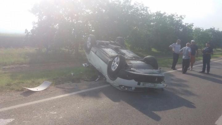 (foto) Viteza excesivă face victime: Trei persoane riscă să-și piardă viața în urma unui accident grav