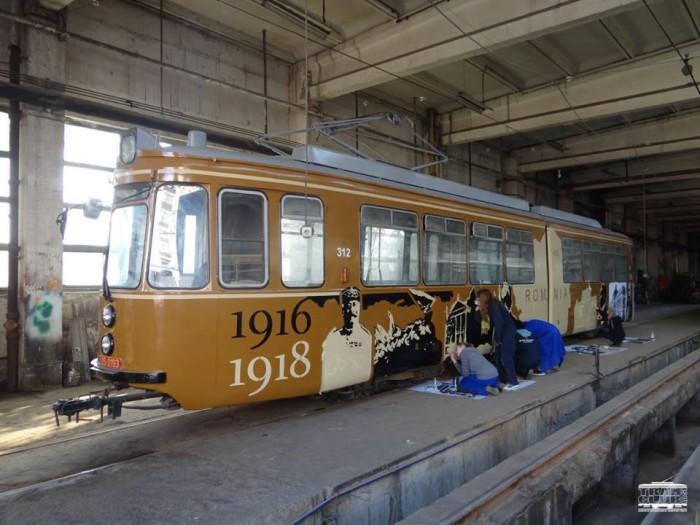 (galerie foto) Tramvaiul Centenarului va fi lansat la Iași. Două tinere din Republica Moldova au participat la decorarea mijlocului de transport