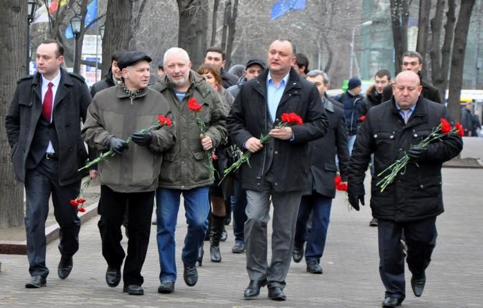 Igor Dodon, cu garoafe pentru Mihai Eminescu
