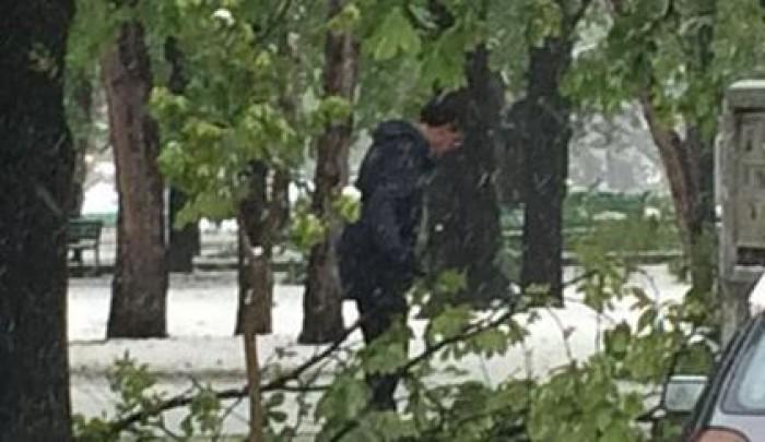 (video) Imaginea zilei: Dorin Chirtoacă strânge crengile căzute în parcul din Scuarul Catedralei